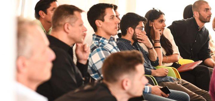 Le fait d'organiser un séminaire d'entreprise permet de renforcer la relation entre les collègues ou d'avancer sur un projet commun. Comment bien le faire ?