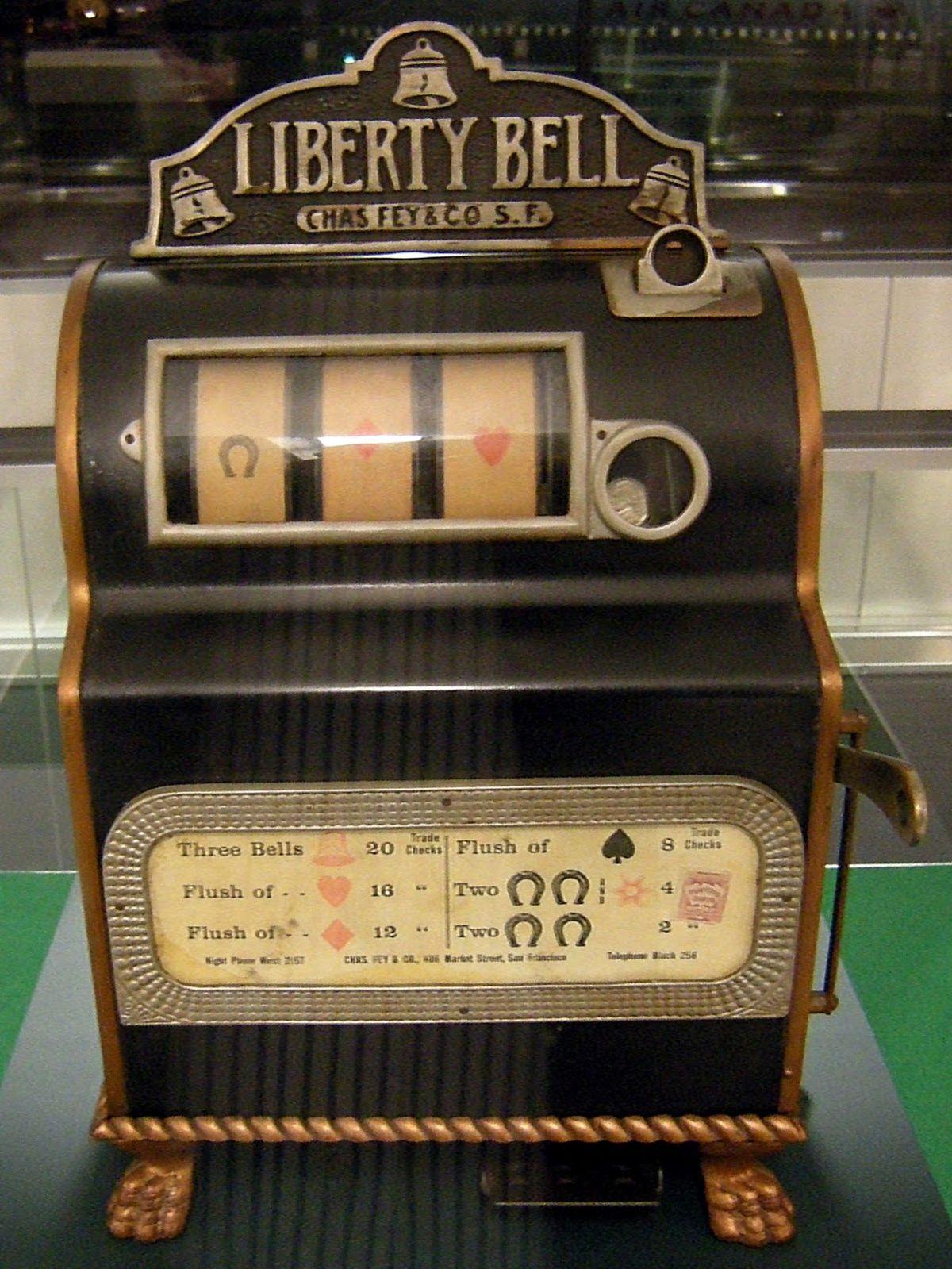 Malgré son aspect simple, la machine à sous est la reine absolue des jeux de casino. Quelle est son histoire et pourquoi est-elle la machine à fric parfaite ?